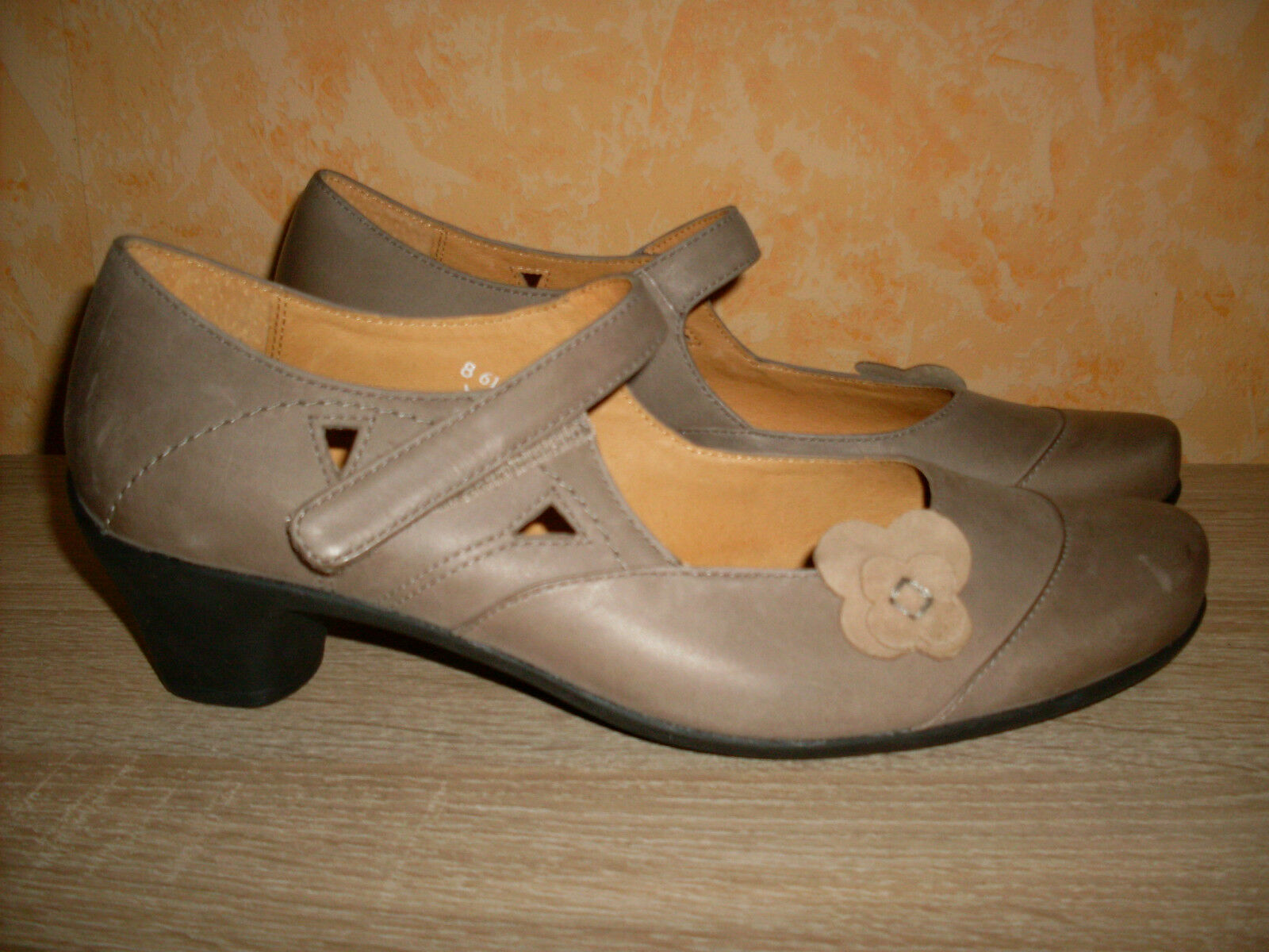 Theresia M. Edle Klettpumps NEU Gr. 8 42 H in taupe & Nappa Leder mit Blüte