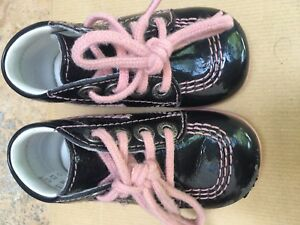 chaussures-kickers-vernis-noir-bebe-fille-taille-19