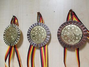 Zahl Nr Pokale & Preise 1 Pokal Kids Medaillen 70mm 3er Set Deutschland-Bändern Emblem Zahlen