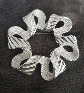 Vintage-Signed-Sarah-Coventry-COV-Silvertone-Brooch-Pin-wavy-textured-ribbon