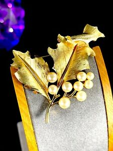 60-S-CROWN-TRIFARI-GOLD-PLATED-FAUX-PEARL-DIMENSIONAL-FLORAL-CURLED-LEAF-BROOCH