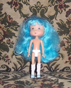 Poupée Charlotte aux fraises cheveux bleus