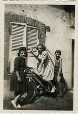 PHOTO ANCIENNE - VINTAGE SNAPSHOT - VÉLO BICYCLETTE ENFANT DRÔLE - BIKE BICYCLE