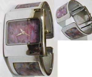 montre-retro-bracelet-rigide-hologramme-rose-et-papillon-quartz-troteuse-4763