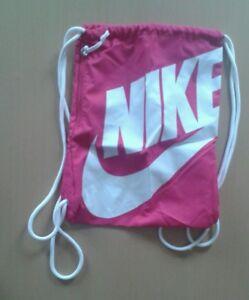 59843fb331e8e Das Bild wird geladen Nike-Sportswear-Heritage-Gymsack-Gymbag-Turnbeutel- Training-pink-