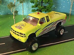 1/64 Custom Lifted Chevy, G-5 Lift Kit, Soft Rubber Pulling Tires, Chrome Rims