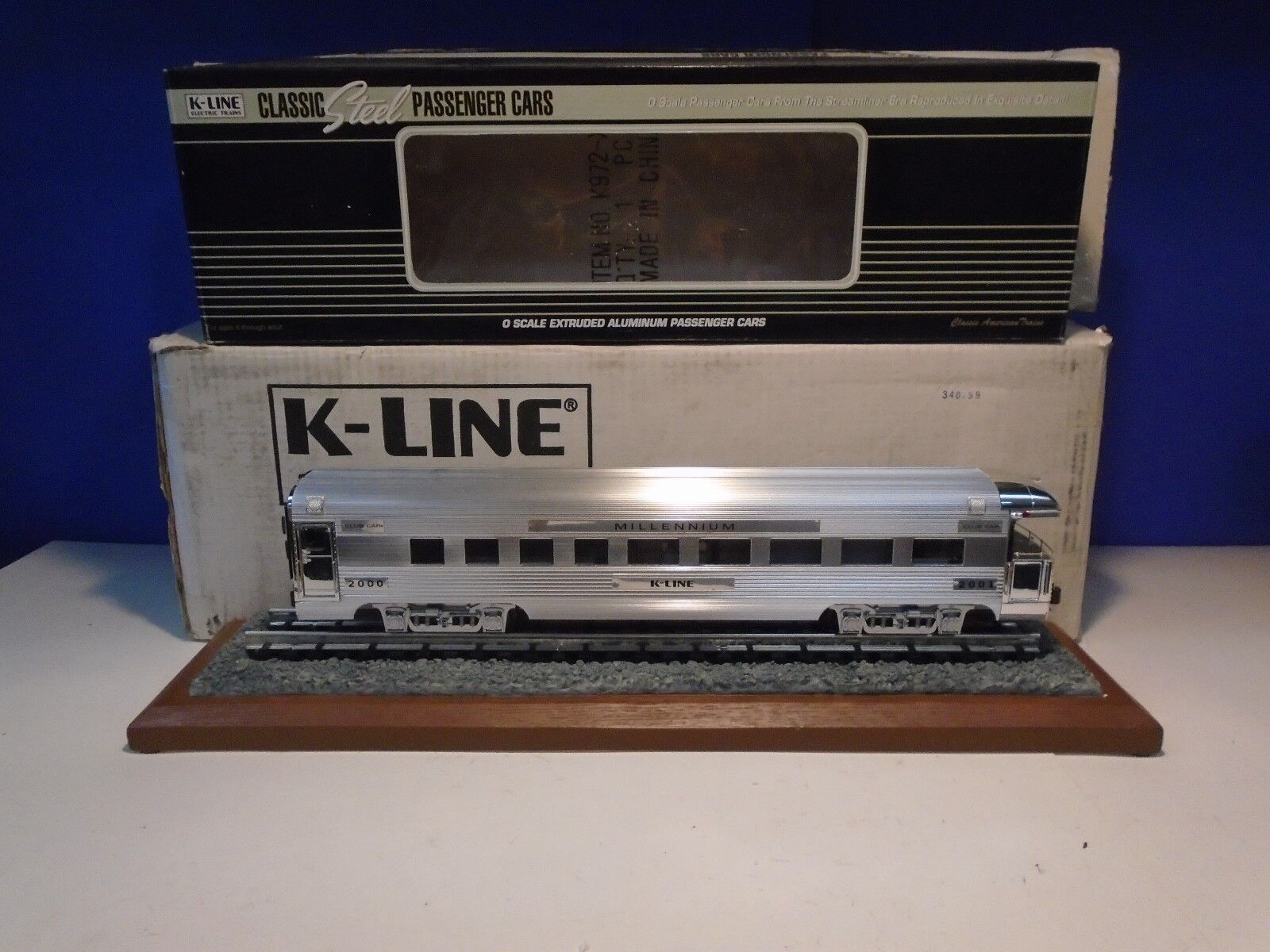 K-LINE K4601-2000IC MILLENIUM EXTRUDED ALUMINUM BUISNESS CAR W  DISPLAY BASE