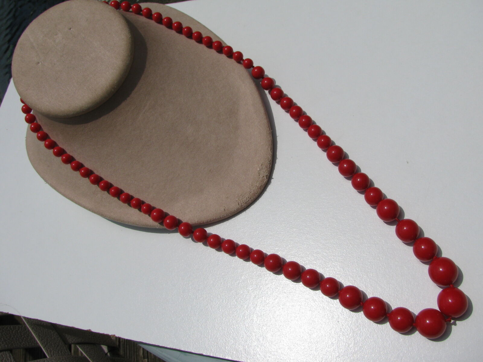 VINTAGE RETRO RED LUCITE GRADUATING BEADS SINGLE KNOTTED HIDDEN PUSH IN CLASP NE