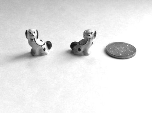 Casa de muñecas en miniatura Par De Staffordshire Perros Blanco Y Negro ornamentales Perro