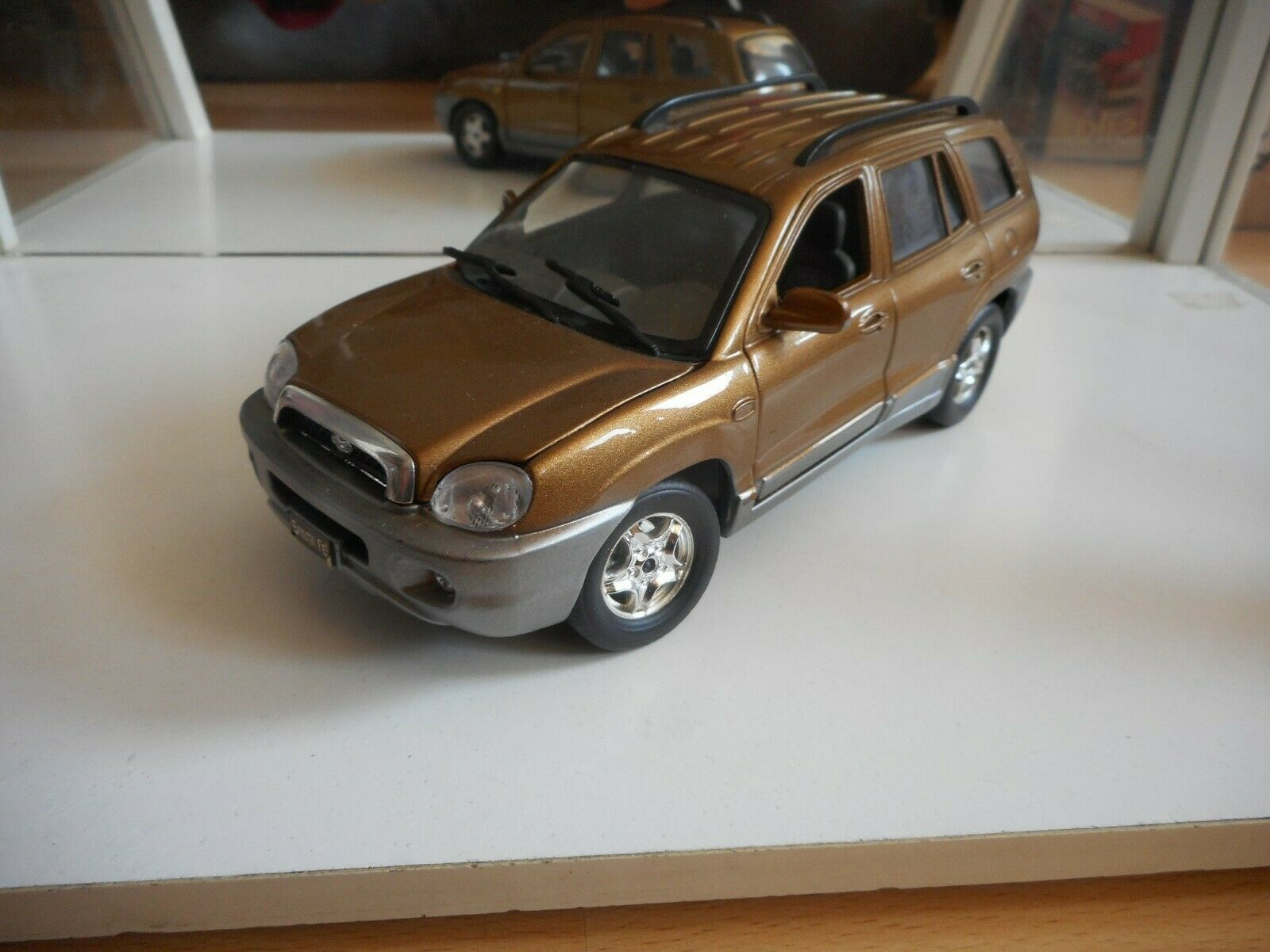 Genuine Accessory Hyundai Santafe 2000 in marrón on 1 24