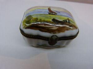 Ancienne-boite-a-pilules-ou-tabatiere-Porcelaine-decors-de-voilier-marine-car15