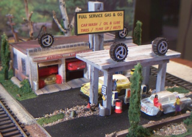 HO CUSTOM WEATHERED BUILT DIORAMA/GAS STATION GARAGE AUTO REPAIR BUILDING & CARS