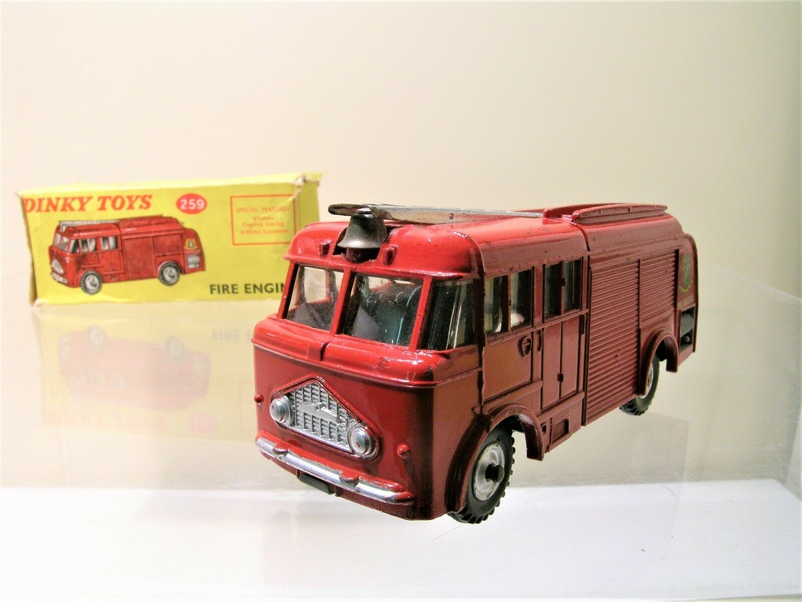 DINKY TOYS UK No.259 BEDFORD MILES FIRE ENGINE 1961 + BOX SCALE 1 43