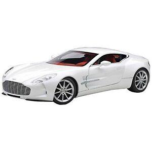 AUTOart-70244-1-18-Aston-Martin-One-77-White-Japan-new