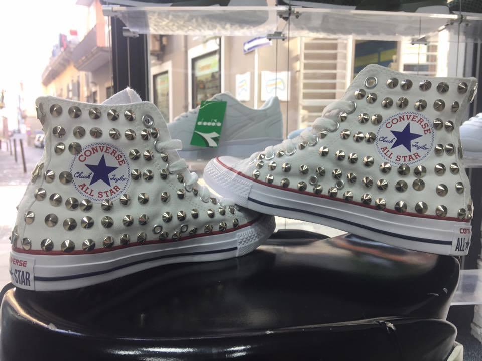 Los zapatos más populares para hombres y mujeres Barato y cómodo Converse All Star Bianche Alte personalizzate con Borchie Argento Stelle no logo
