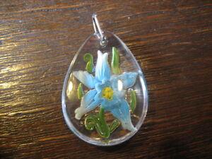 Gewidmet Farbenfroher Vintage Trachten Dirndl Anhänger Blaue Blume Hinter Glas