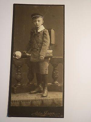 Kiel - stehender Junge - Schüler mit Mütze Ranzen Schultüte - Einschulung / KAB