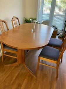 Table en teck immaculée et 4 chaises de salle à manger