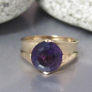 Schoener-Ring-mit-einem-Amethyst-in-585-14K-Gelbgold