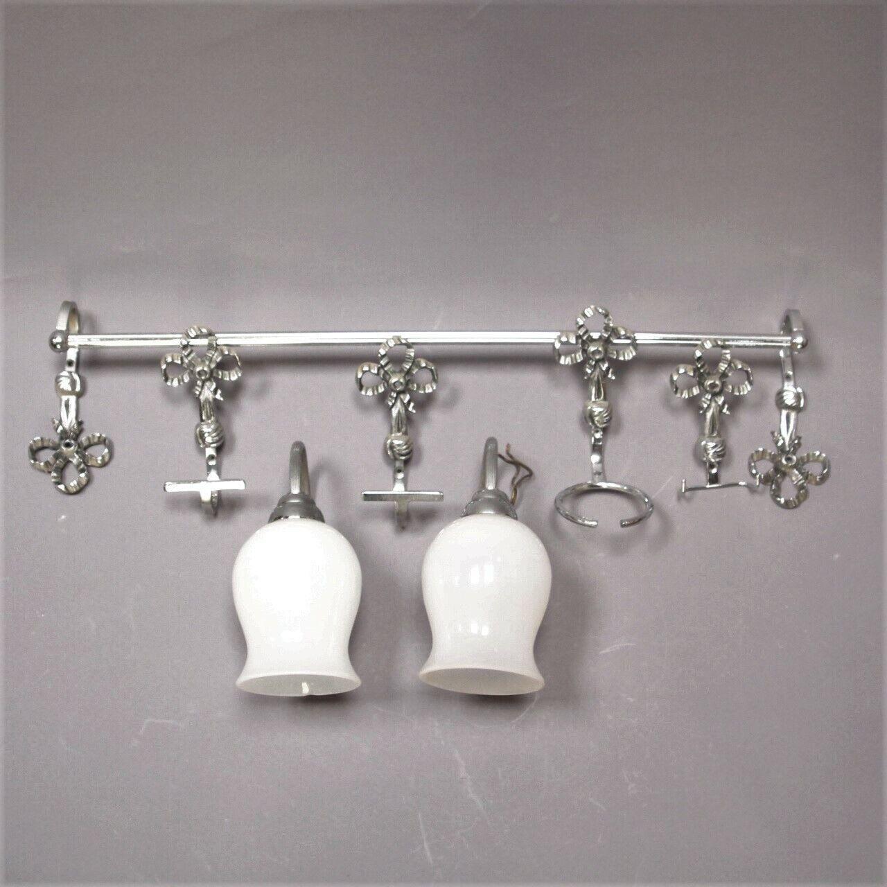 Ensemble accessoires de salle de bain vintage en  métal chromé et opaline
