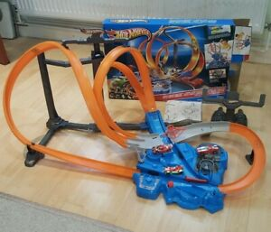 HOT-WHEELS-Triple-Track-Twister-Track-Set-Playset-con-3-AUTO-CAR-Tiratore-giocattolo