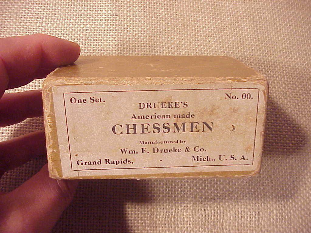 ORIGINAL ANTIQUE WOODEN CHESS SET - EARLY DRUEKE'S No.00 IN BOX