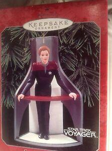 Hallmark-Ornament-Star-Trek-Captain-Kathryn-Janeway-Voyager-QXi4046-1998-MIB