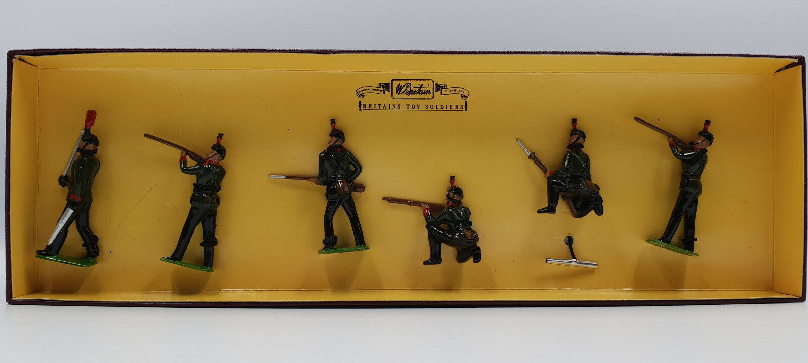 ARMY   KINGS ROYAL RIFFLE CORPS METAL SOLDIERS MADE CIRCA 1995 BY BRITAINS 8822