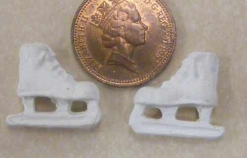 SCALA 1:12 Paio Di Bianco Pattini da Ghiaccio Casa Delle Bambole Accessorio Giardino Giocattolo Vivaio AZ
