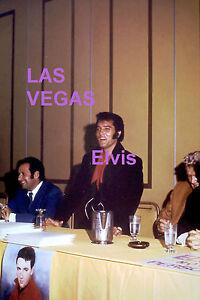 ELVIS-PRESLEY-LAS-VEGAS-PRESS-CONFERENCE-8-1-69-VINTAGE-OLD-KODAK-PHOTO-CANDID