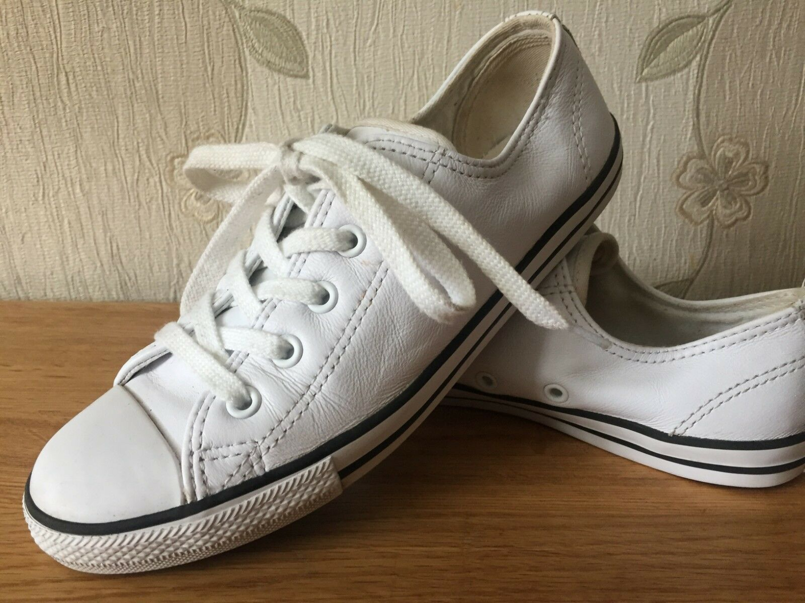 Women flat Converse leather trainers size 4