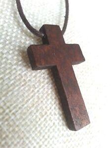 Colgante-Cruz-de-madera-con-cordon-cuero-marron-45-cm-de-largo