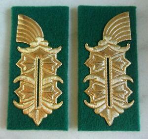 gerade Form 1Paar DDR Kragenspiegel Landstreitkräfte NVA für General auf rot