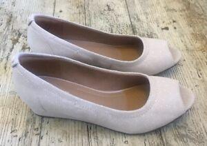 Gorgeous-CLARKS-ARTISAN-UK-3-D-Daisy-Nude-Nubuck-Leather-Peep-Toe-Wedge-Shoes