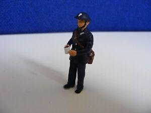 100% De Qualité Blitz Police Officer With Mug & Gas Mask Bag - 1:43 O Gauge Painted Metal Model éConomisez 50-70%