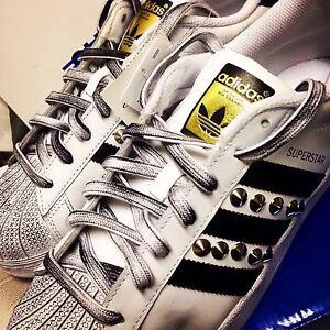 Caricamento dell'immagine in corso adidas-superstar-con-borchie -argento-e-sporcatura-nera