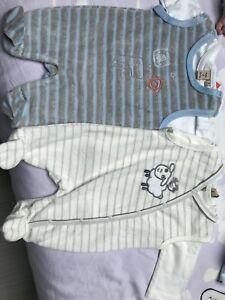 ed26d7fa03b93 Lot De 2 Pyjama VELOURS GRENOUILLERE DORS BIEN Boite A Malice BEBE 0 MOIS  Neuf -