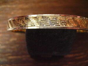 zeitlos-eleganter-Art-Deco-Armreif-mit-dezentem-Muster-gold-silber-bicolor-Optik