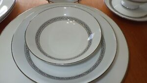 Mikasa-China-Dinnerware-Set-Manor-House-pattern-service-4-Platinum-scroll-band