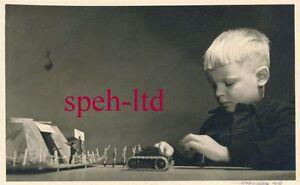 Photo originale-garçon avec ses personnages- CHARS- Bunker (2)-afficher le titre d`origine