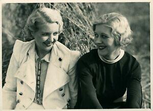 Vintage-photograph-formal-portrait-panto-dancers-girls-chorus-line-blondes-pic
