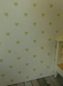 TAPETE Hellcreme-weiß mit dezenten pistaziefarbenen Herzchen Puppenstube,30cmx53