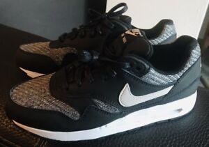 buy online 5e91f 899b6 Das Bild wird geladen Nike-Air-Max-1-Schwarz-Grau-Groesse-38-