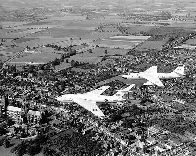 Hearty Tre Raf Wyton Aeromobili Fly Over Ely Cathedral 16x20 Argento Ioduri Militaria