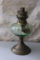 Ancienne lampe à pétrole avec tête - pied cuivre - Réservoir en verre vert Verte