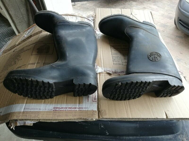 KIDS SIZE 4 AND 5 WELLINGTON BOOTS FOR SALE