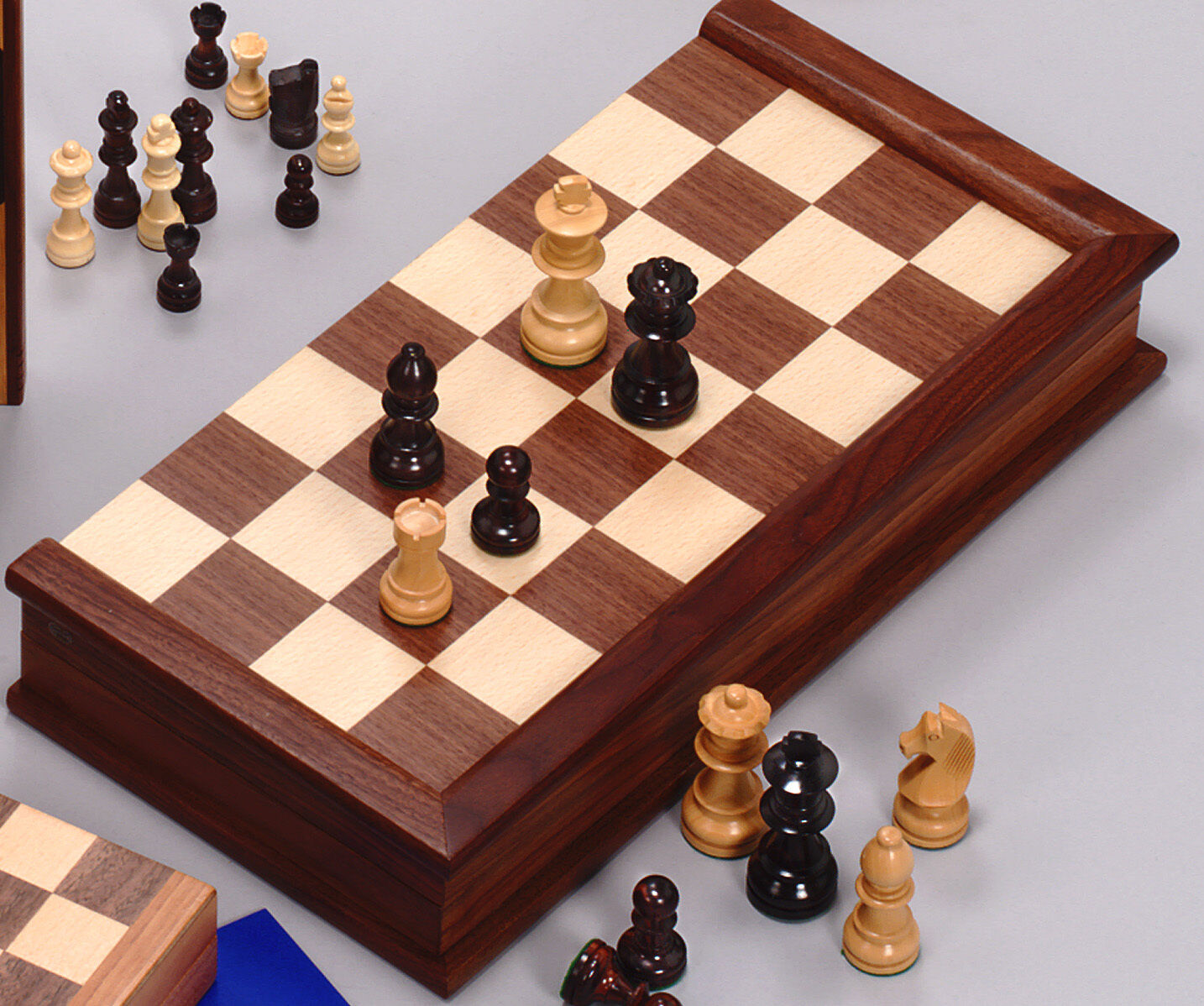 Noyer Chess Set avec Indian Handcarved PIECES (3.25 in (environ 8.26 cm) 8.25 cm King)