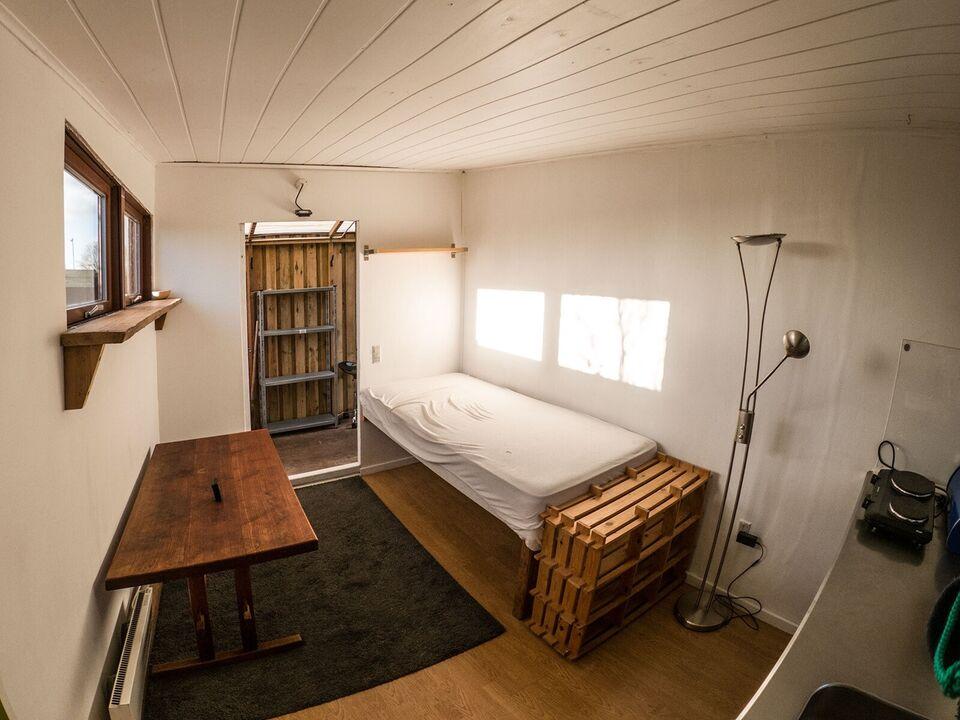 2300 værelse, 12 kvm, 1 mdr forudbetalt leje