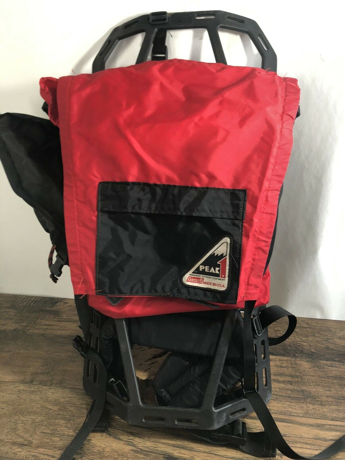 VINTAGE Peak 1 Coleman Outdoor Hiking Backpack rot with zippers camping E2