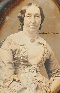 Daguerreotypie-Altere-Dame-mit-tollem-Kleid-Messingrahmen-ovales-Etui-um-1850